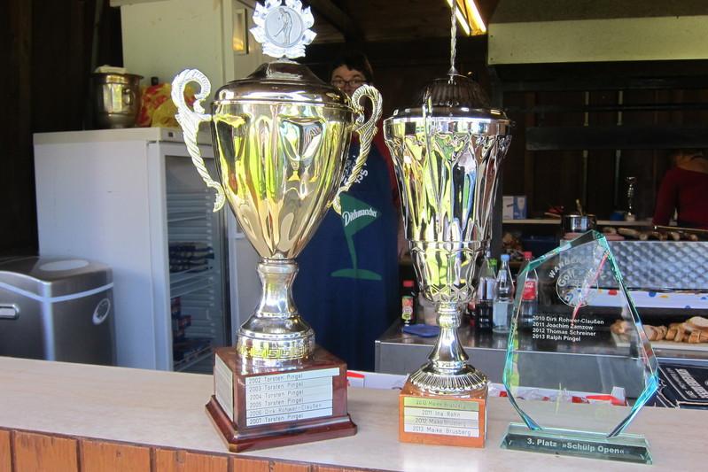 von links nach rechts: erster Preis Herren, Wanderpokal der Firma Matratzen Sievers; erster Preis Damen, Wanderpokal der Firma Zamzow; dritter Preis, Wanderpokal gestifftet von Manni Stender